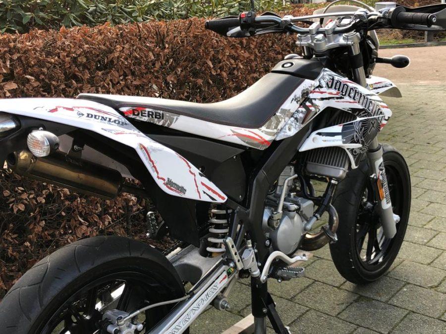 PTUB9924 900x675 - Derbi Senda DRD Racing Jägermeister White Edition! 2013 UNIEK!!